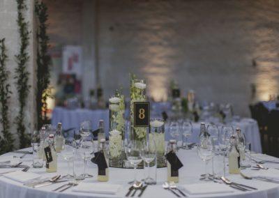Dekoracje na stołach gości